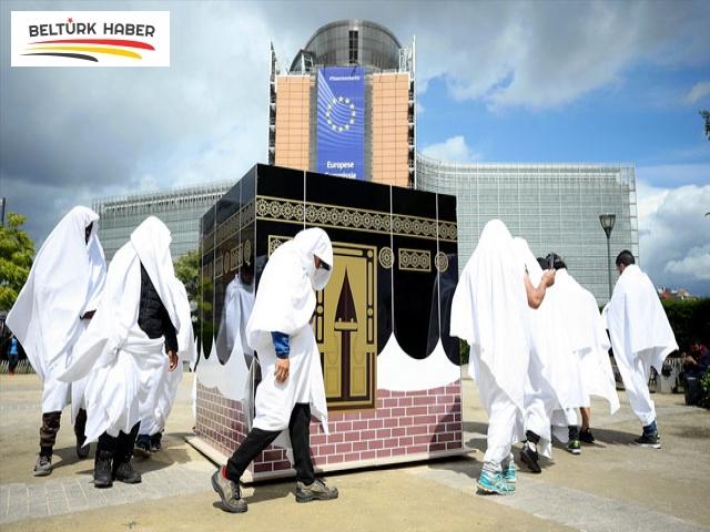 Brüksel'de Kabe maketi etrafında temsili tavaflı protesto